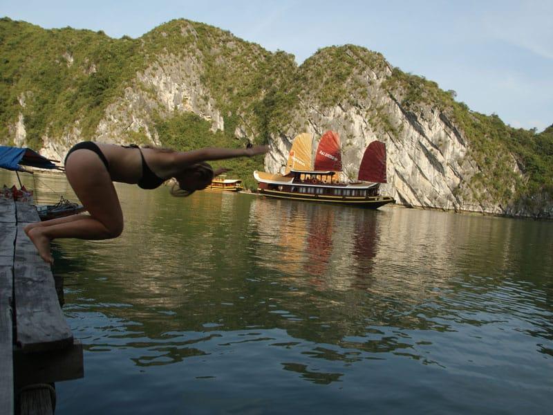 Se bagner dans la Baie d'Halong