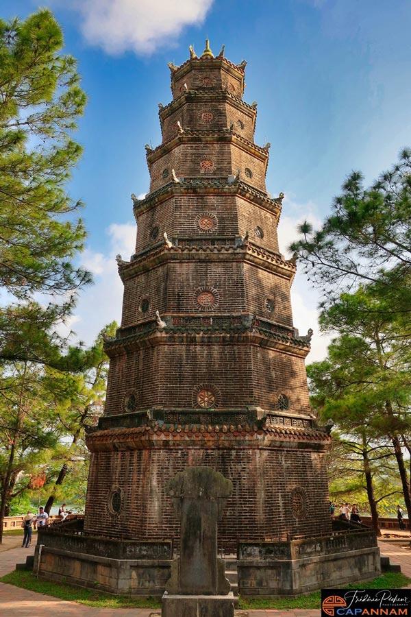 La tour de la pagode Thien Mu