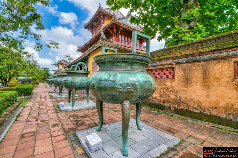 Les neuf urnes de la dynastie Nguyen