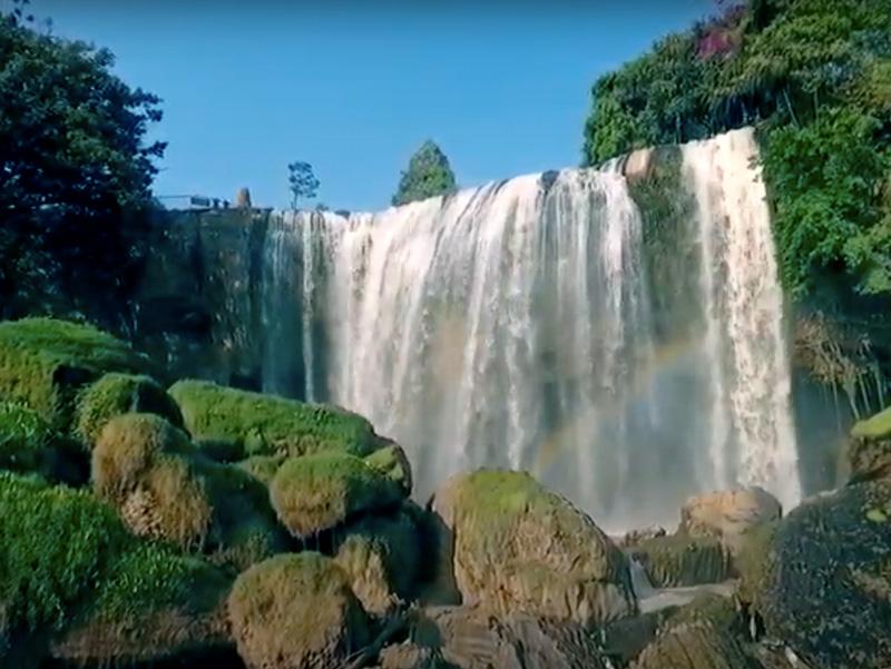 les chutes d'eau d'éléphant à Dalat
