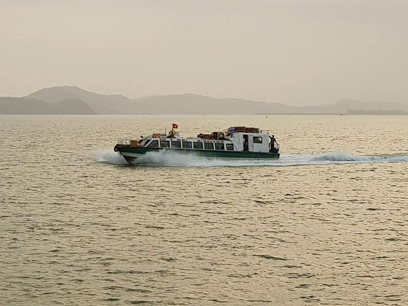 le bateau rapide pour aller sur Quan Lan